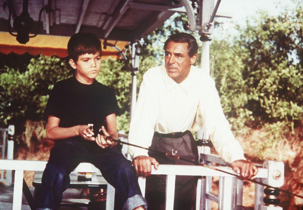 Der kleine David (Paul Peterson, l.) ist nicht besonders begeistert, nach dem Tod seiner Mutter bei seinem Vater Tom (Cary Grant, r.) leben zu müsse... - Bildquelle: Paramount Pictures