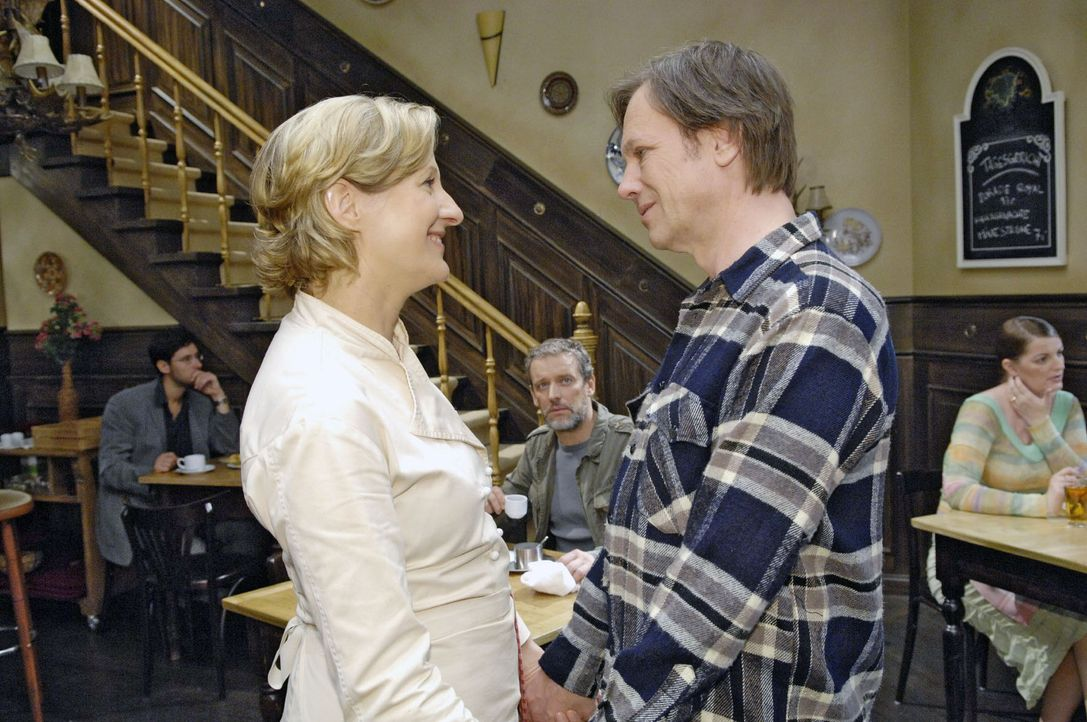 Ulrich (Wolfgang Wagner, M.) bekommt mit, wie Susanne (Heike Jonca, l.) und Armin (Rainer Will, r.) sich über die bevorstehende Hochzeit unterhalten. - Bildquelle: Claudius Pflug Sat.1