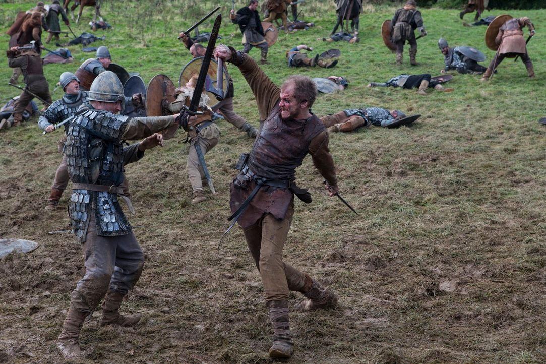 Auch Bootsbauer Floki (Gustaf Skarsgård, r.) zeigt den Angelsachsen deutlich, was er von ihnen und ihrem Betrug hält ... - Bildquelle: 2013 TM TELEVISION PRODUCTIONS LIMITED/T5 VIKINGS PRODUCTIONS INC. ALL RIGHTS RESERVED.