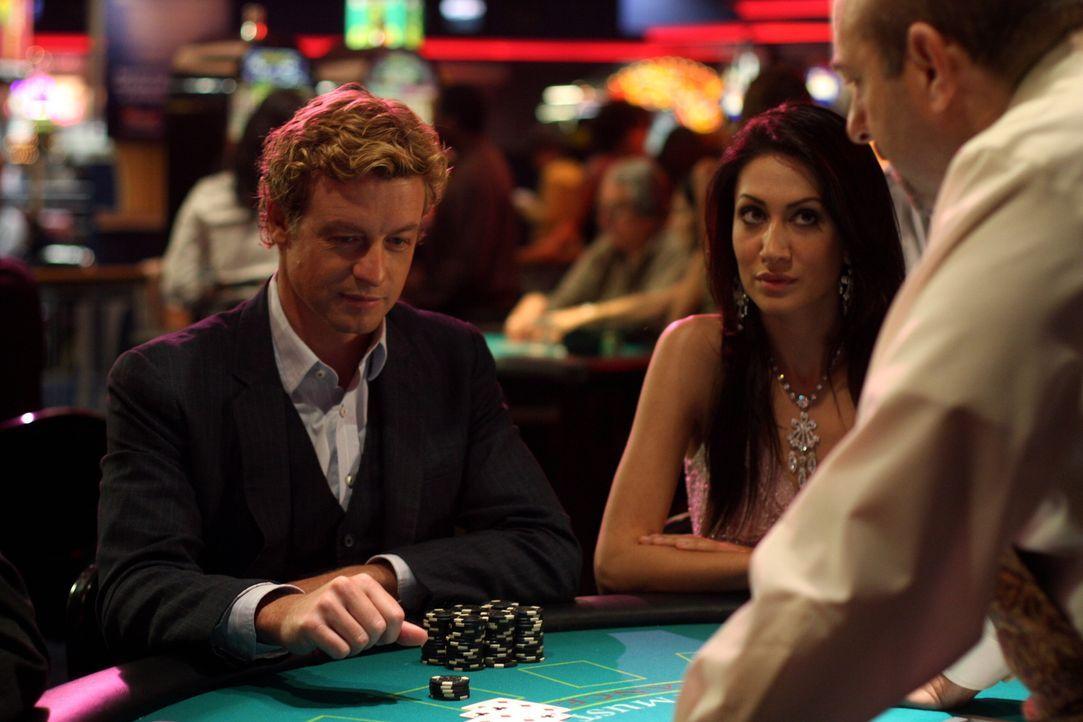 Um eine Spur des Täters zu finden, sieht sich Patrick Jane (Simon Baker, l.) im Casino um ... - Bildquelle: Warner Bros. Television