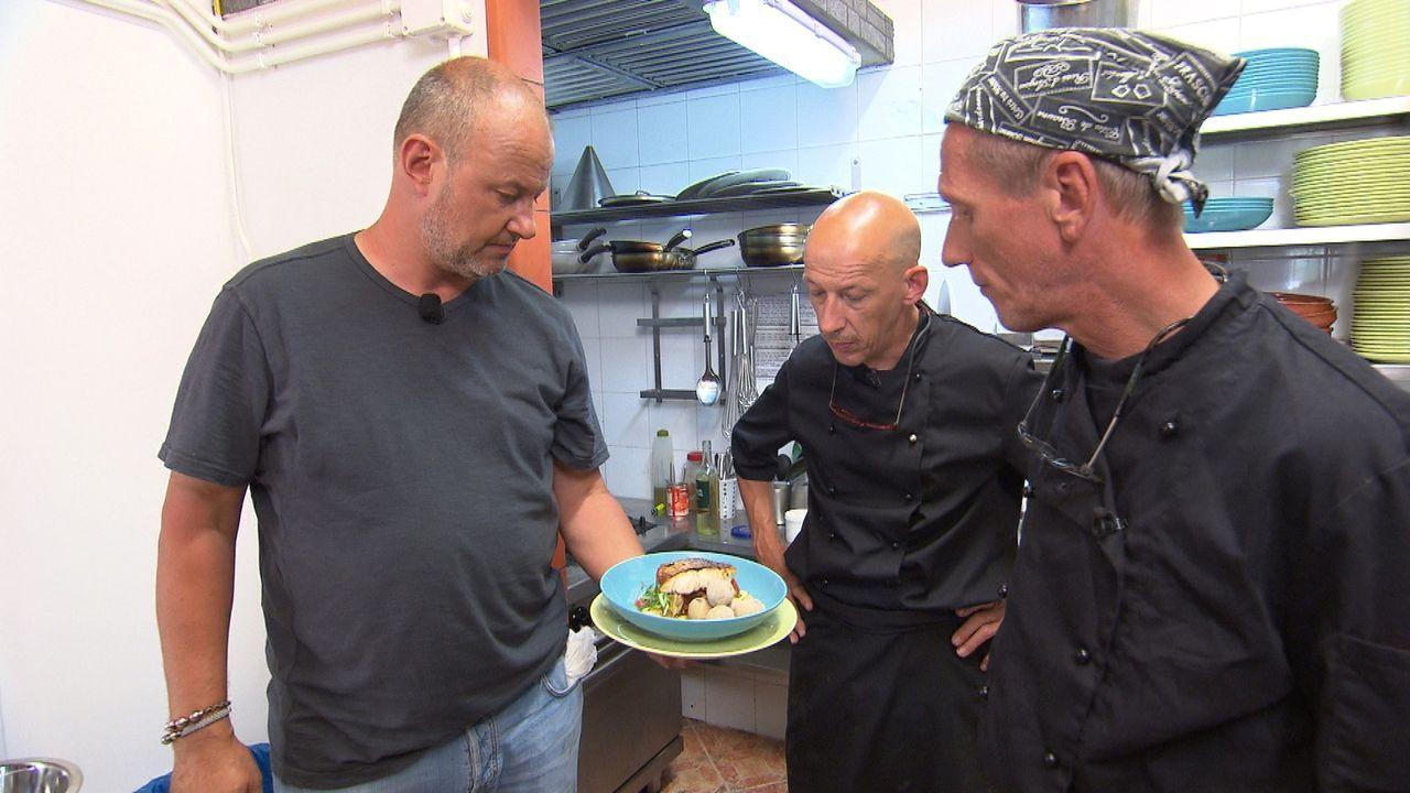 """Was die Köche Sven (M.) und Olaf (r.) im """"Abraxas"""" auf La Gomera servieren, lässt Frank Rosin (l.) das Blut in den Adern gefrieren. Er ist sich sich... - Bildquelle: kabel eins"""