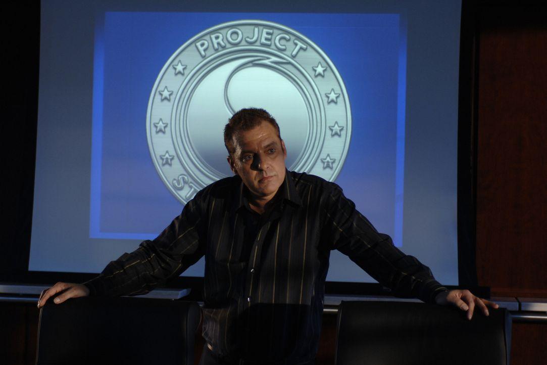 Als der Hurrikan abrupt die Richtung ändert, kommt George Katzenberg (Tom Sizemore) ein folgenschwerer Verdacht ... - Bildquelle: BBC