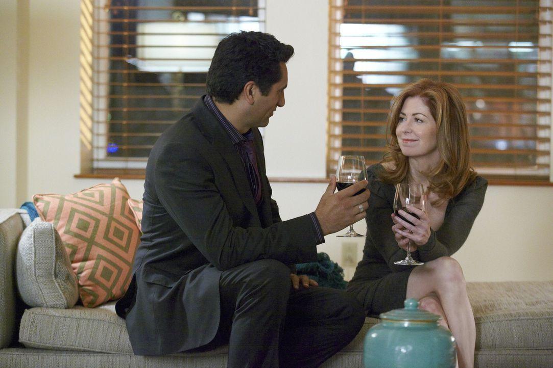 Derek (Cliff Curtis, l.) und Megan (Dana Delany, r.) kommen sich näher ... - Bildquelle: 2010 American Broadcasting Companies, Inc. All rights reserved.