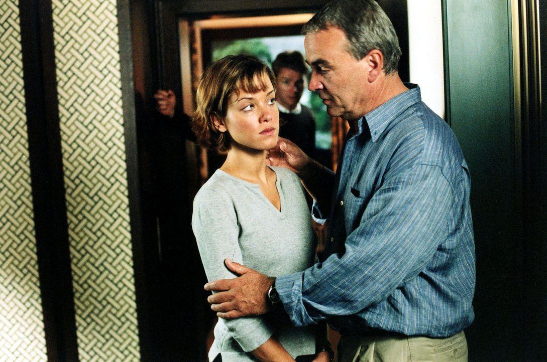 Retzlaff (Walter Kreye, r.) will seine Tochter Jenny (Muriel Baumeister, l.) zärtlich begrüßen. Jenny ist die Berührung unangenehm ... - Bildquelle: Sat.1