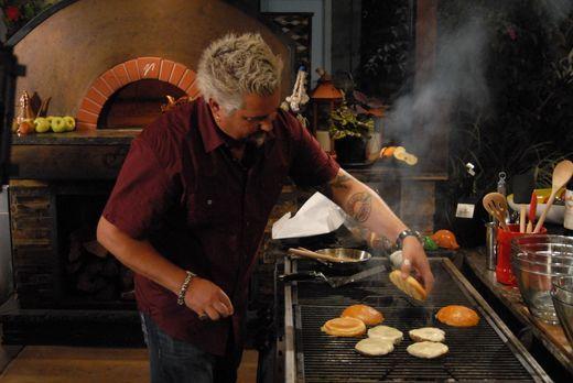Das Kochen liegt Guy Fieri einfach im Blut. Diesmal probiert er sich als Burg...