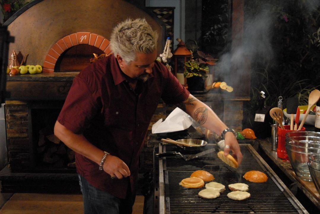 Das Kochen liegt Guy Fieri einfach im Blut. Diesmal probiert er sich als Burgerbrater .... - Bildquelle: 2012, Television Food Network, G.P. All Rights Reserved.