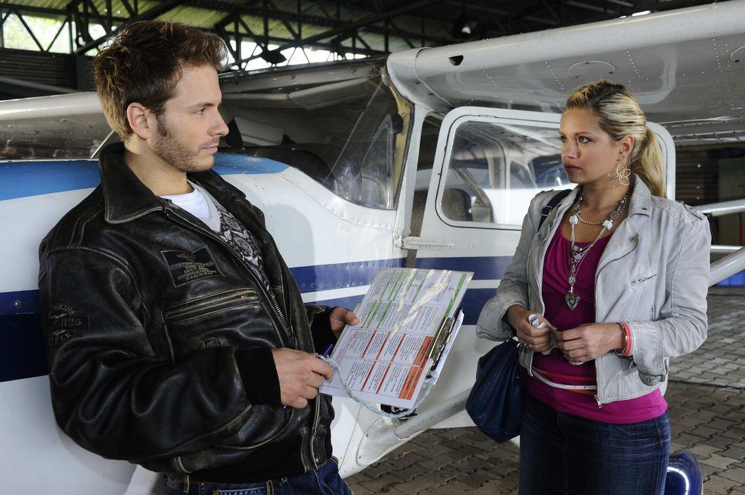 Mia (Josephine Schmidt, r.) muss erkennen, dass Enrique (Jacob Weigert,r .) den Rundflug für sie organisiert hat ... - Bildquelle: SAT.1