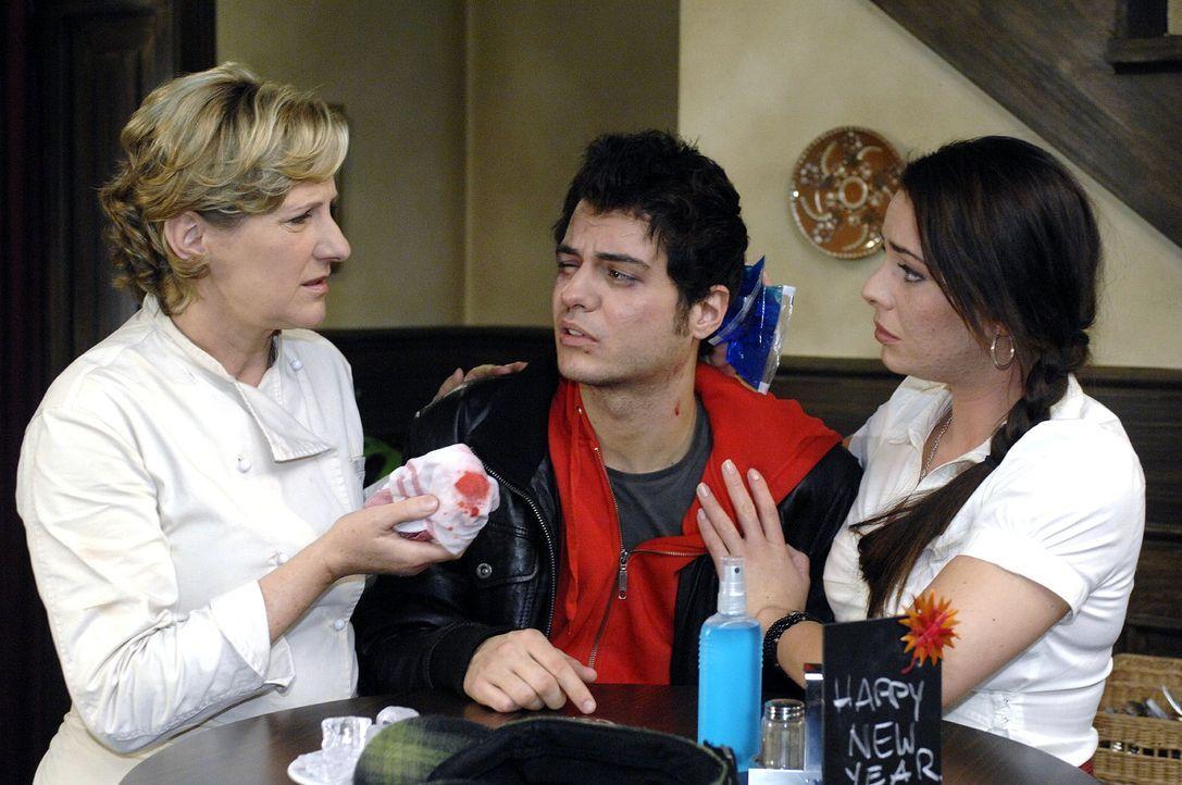 Susanne (Heike Jonca, l.) und Paloma (Maja Maneiro, r.) sind entsetzt, dass Maik (Sebastian König, M.) verprügelt wurde. - Bildquelle: Oliver Ziebe Sat.1