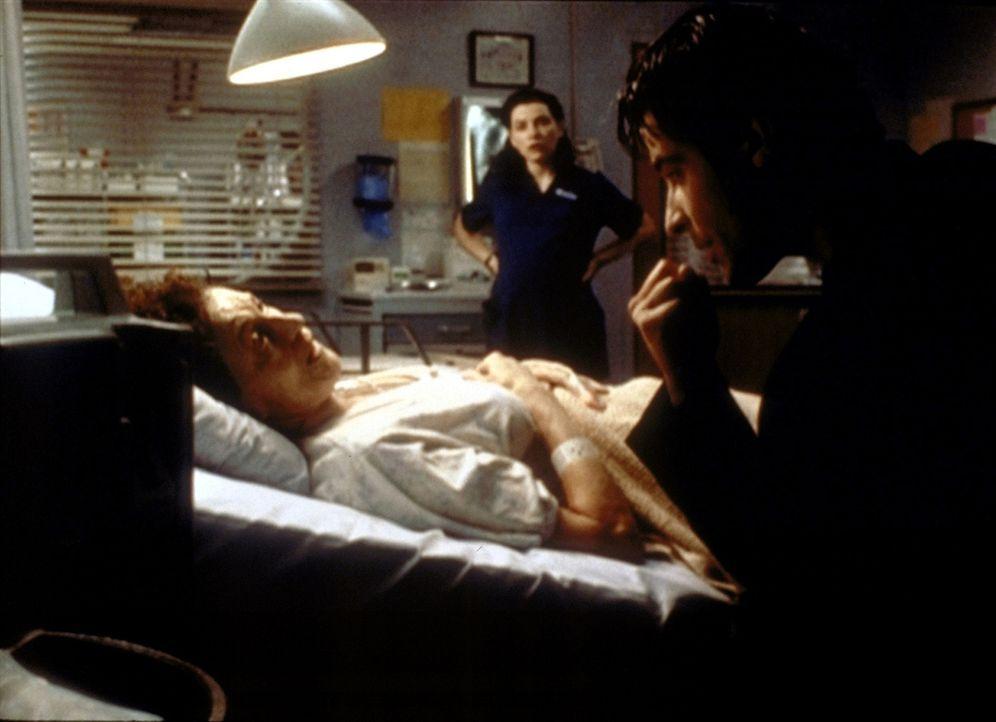 Zum Erstaunen von Hathaway (Julianna Margulis, M.) schlüpft Dr. Kovac (Goran Visnjic, r.) in die Rolle eines Priesters, um die sterbende Vanessa (My... - Bildquelle: TM+  2000 WARNER BROS.