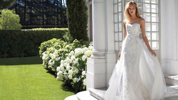 Einfach nur hinreißen: Brautkleid mit Taillen-Schleppe.