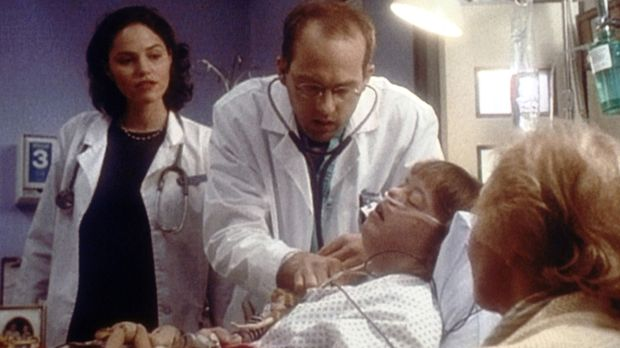 Verzweifelt versucht Dr. Greene (Anthony Edwards, M.), die am Down-Syndrom er...