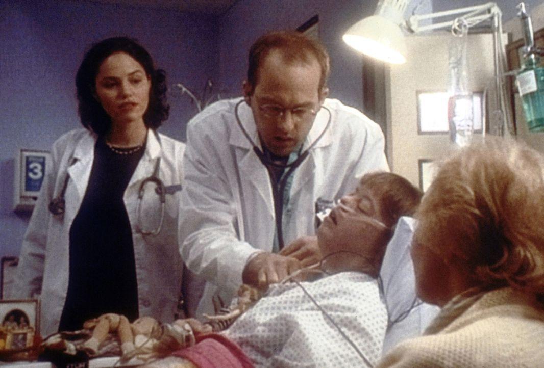 Verzweifelt versucht Dr. Greene (Anthony Edwards, M.), die am Down-Syndrom erkrankte Louise zu retten. Doch nur eine Herztransplantation kann ihr he... - Bildquelle: TM+  2000 WARNER BROS.