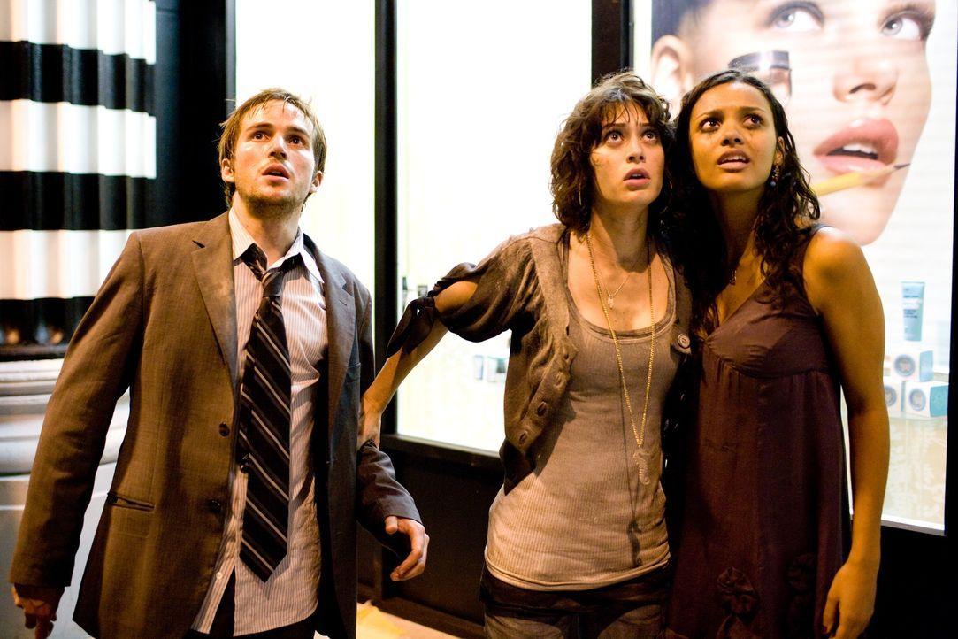 Was ist das? Ein Monster? Lily (Jessica Lucas, r.), Marlena (Lizzy Caplan, M.) und Rob (Michael Stahl-David, l.) trauen ihren Augen nicht ... - Bildquelle: Paramount Pictures