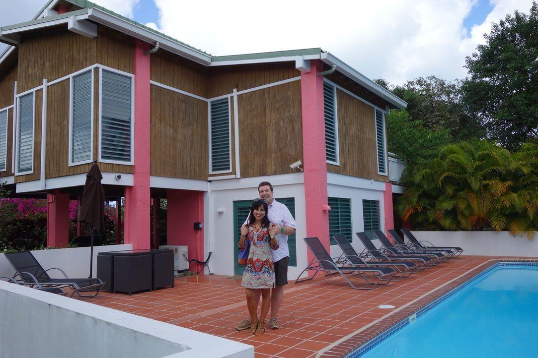Mathias (hinten) und Monica (vorne) lieben die karibischen Strände. Jetzt suchen sie nach einem Feriendomizil auf der Insel Vieques ... - Bildquelle: 2014, HGTV/Scripps Networks, LLC. All Rights Reserved.