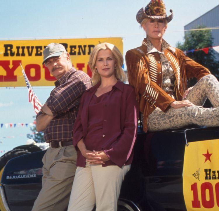 Unglücklicherweise gelingt es Dr. Jake Arledge (Gerald McRaney, l.) und Dee (Thea Gill, M.) nicht, Bürgermeisterin McAnders (Joan Van Ark, l.) von... - Bildquelle: Regent Entertainment