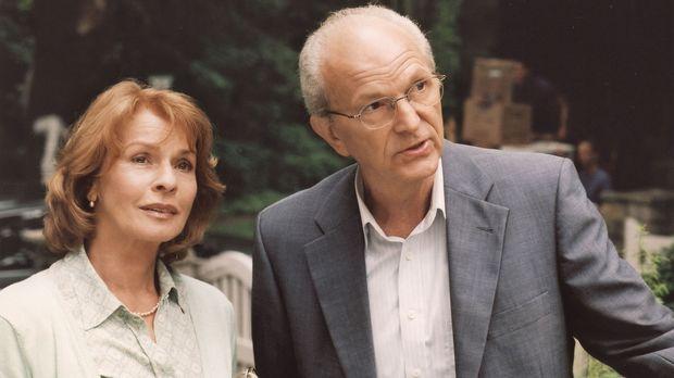 Wehmütig blickt Helga Forstmann (Senta Berger, l.) aufs alte Haus im Grünen z...