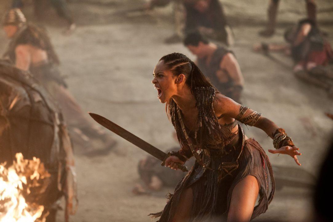 Noch träumt Naevia (Cyntha Addai-Robinson) davon, in Rom einzumarschieren. Doch dann tauchen Crassus' Legionen auf ... - Bildquelle: 2012 Starz Entertainment, LLC. All rights reserved.