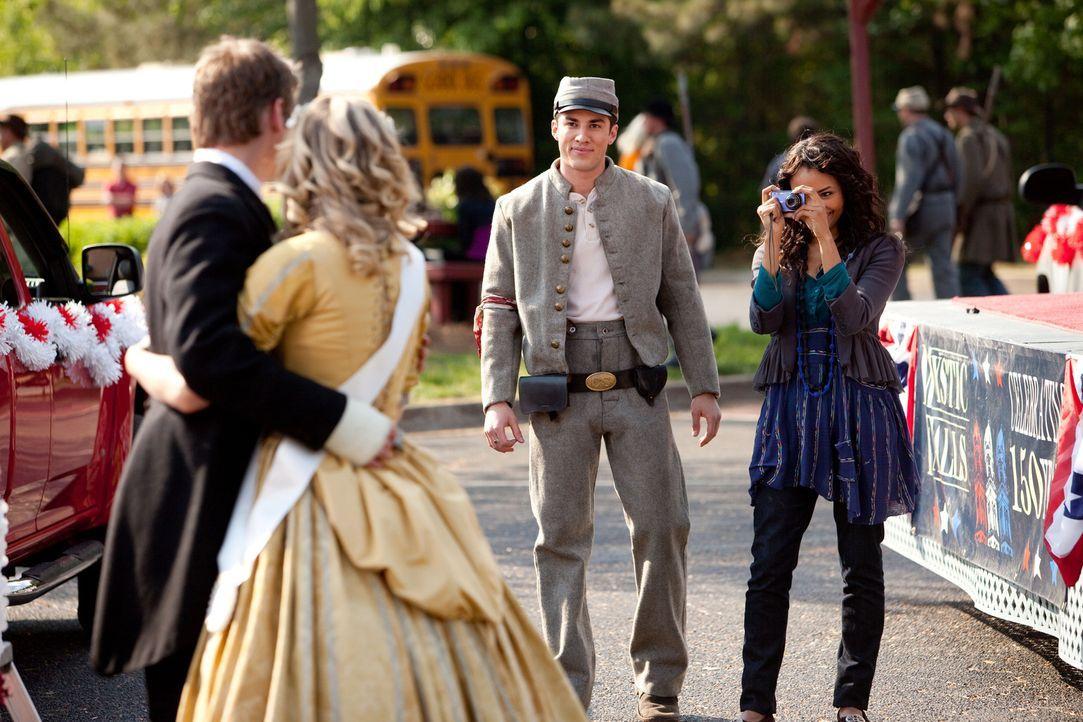 Während Bonnie (Katerina Graham, r.) Matt (Zach Roerig, l.) und Caroline (Candice Accola, M.l.) fotografiert, kommt Tyler (Michael Trevino, M.r.) de... - Bildquelle: Warner Bros. Television