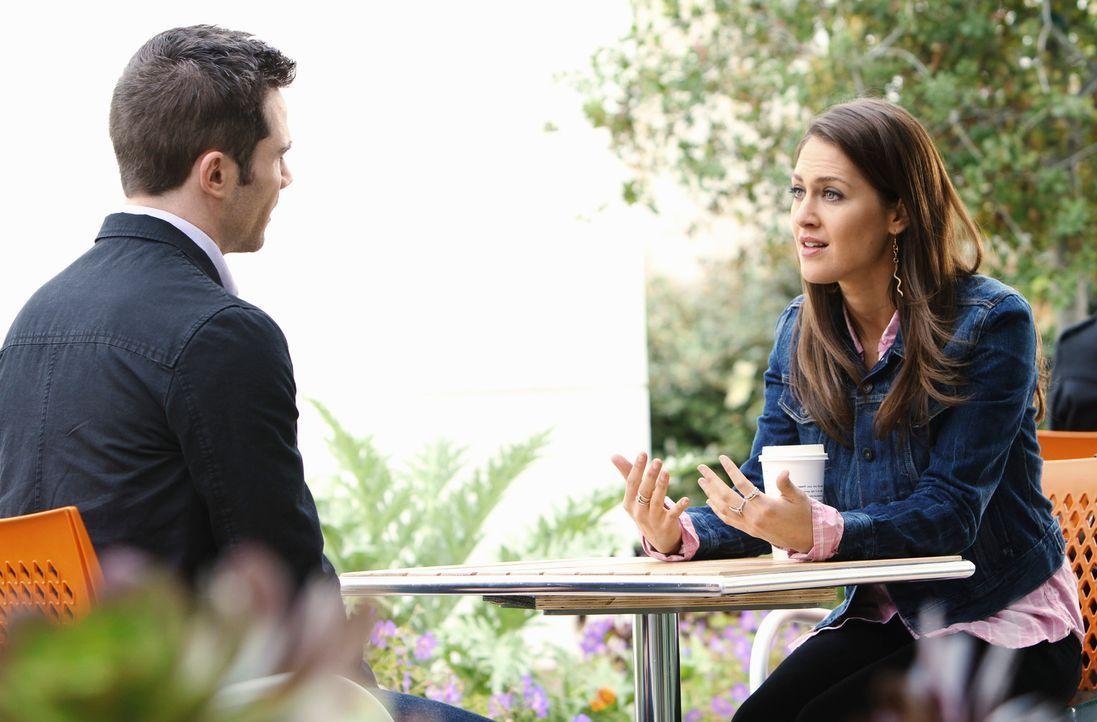 Noch probiert Scotty (Luke McFarlane, l.), die Situation mit Michelle (Roxy Olin, r.) friedlich zu lösen ... - Bildquelle: 2011 American Broadcasting Companies, Inc. All rights reserved.
