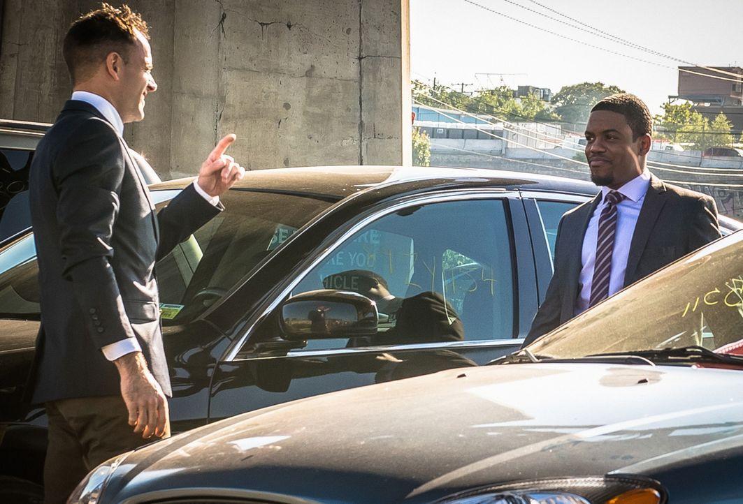 Ermitteln in einem neuen Mordfall: Holmes (Jonny Lee Miller, l.) und Detective Bell (Jon Michael Hill, r.) ... - Bildquelle: CBS Television