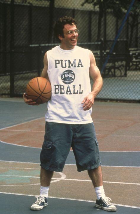 """Steve (David Eigenberg) trainiert eisern, denn er ist per Los dazu auserkoren, beim nächsten Spiel der """"Knicks"""" einen Ball über das halbe Spielfeld... - Bildquelle: Paramount Pictures"""