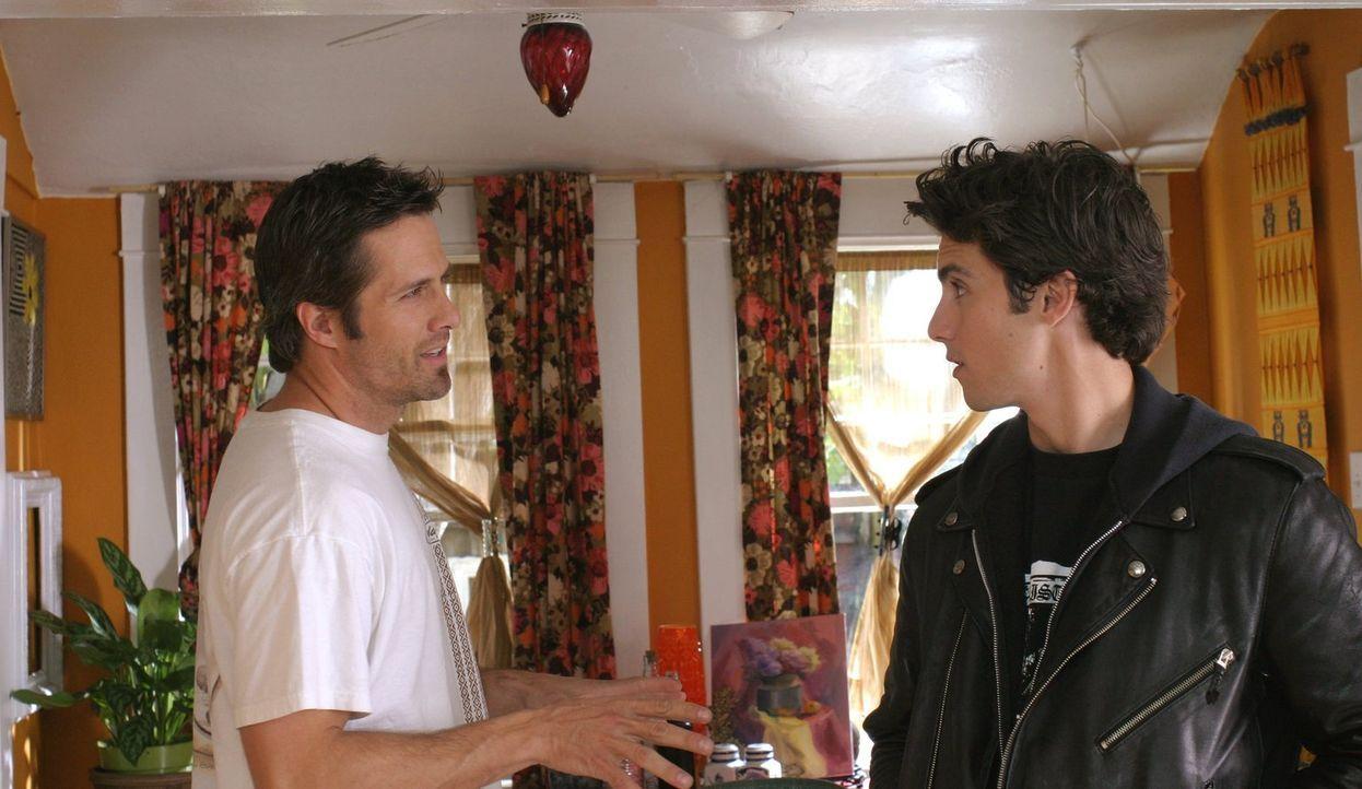 Jess (Milo Ventimiglia, r.) haut einfach aus Stars Hollow ab und fährt seinem Vater Jimmy (Rob Estes, l.) bis nach Venice Beach nach ... - Bildquelle: 2002 Warner Bros.