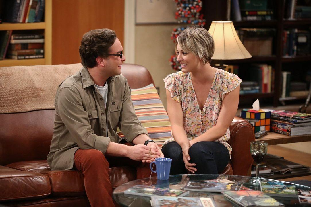 Während sie von Sheldons Problemen gehört haben, kam Penny (Kaley Cuoco, r.) und Leonard (Johnny Galecki, l.) eine verrückte Idee ... - Bildquelle: Warner Bros. Television