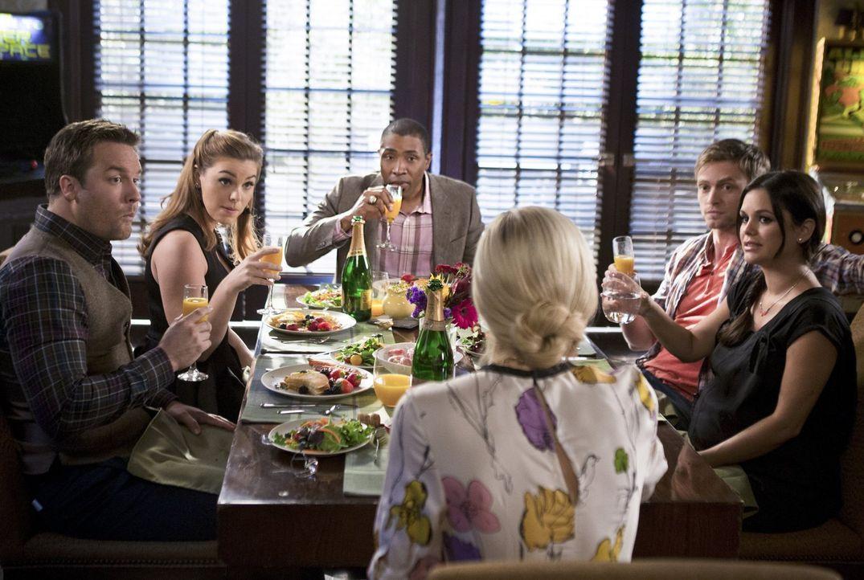 Noch ahnt keiner, dass sich das Leben in BlueBell für alle bald ändern wird: George (Scott Porter, l.), AnnaBeth (Kaitlyn Black, 2.v.l.), Lavon (Cre... - Bildquelle: 2014 Warner Brothers