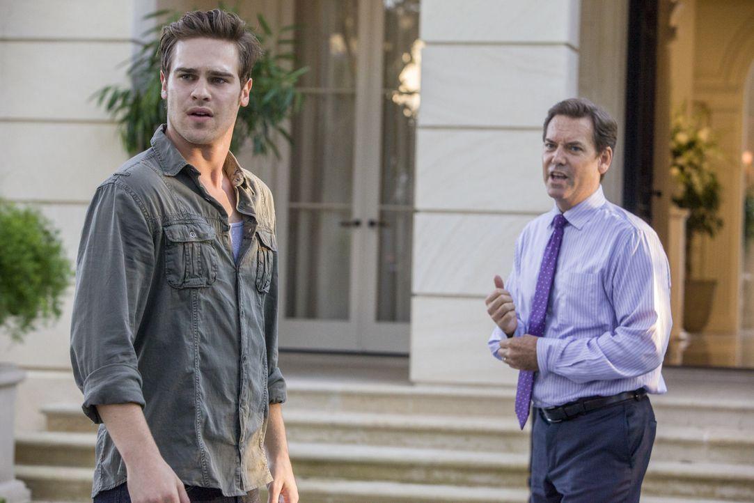 Als ein Reporter Graysons (Grey Damon, l.) Mutter als Anführerin der Red Hawks entlarvt, will Mr. Montrose (Tom Hillmann, r.) seinen Sohn zwingen, e... - Bildquelle: 2014 The CW Network, LLC. All rights reserved.