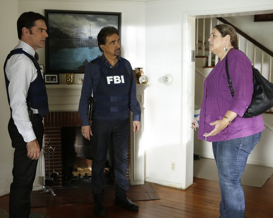 Bei den Ermittlungen in einem neuen Fall, stoßen Rossi (Joe Mantegna, M.) und Hotch (Thomas Gibson, l.) auf Carla Hines (Camryn Manheim, r.). Doch... - Bildquelle: ABC Studios
