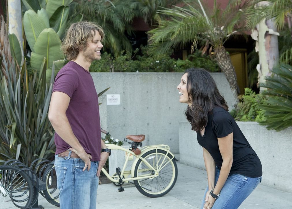 Kensi (Daniela Ruah, r.) und Deeks (Eric Christian Olsen, l.) ermitteln zusammen in einem neuen Fall, wobei die Rückkehr für Deeks schwerer ist als... - Bildquelle: CBS Studios Inc. All Rights Reserved.