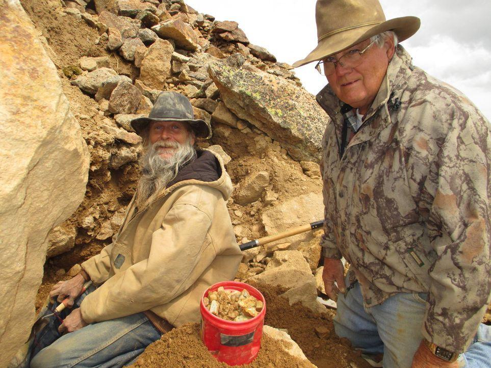 Zusammen wollen Dwayne (l.) und Lowell (r.) eine neue, potenzielle Ausgrabungstelle begutachten und beurteilen. Wird diese Mine Dwayne in der nächst... - Bildquelle: High Noon Entertainment, 2015