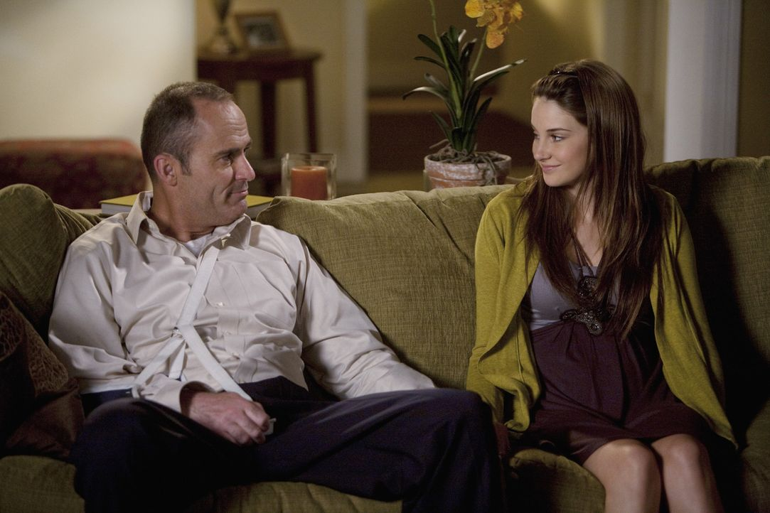 Amy (Shailene Woodley, r.) möchte unbedingt mit Ben ausgehen bevor es jemand anders tut. Sie bittet ihren Vater (Mark Derwin, l.) um Rat ...