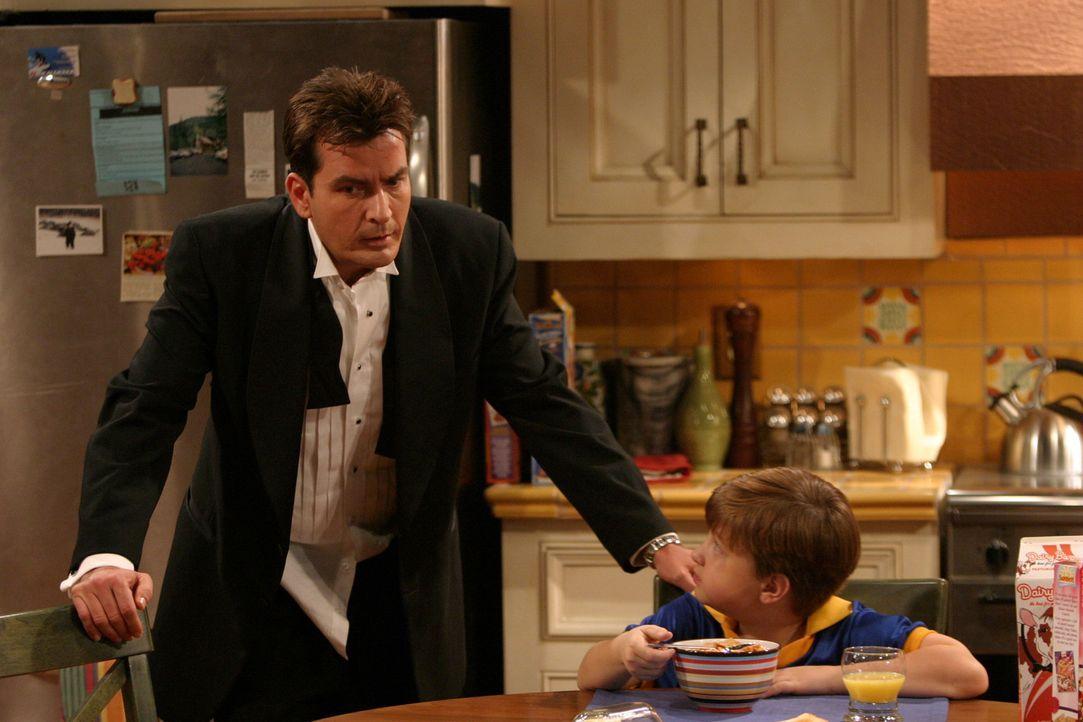 Nicht ahnend, dass er auf der Liste einiger allein erziehender Mütter steht, begleitet Charlie (Charlie Sheen, l.) seinen Neffen Jake (Angus T. Jon... - Bildquelle: Warner Brothers Entertainment Inc.