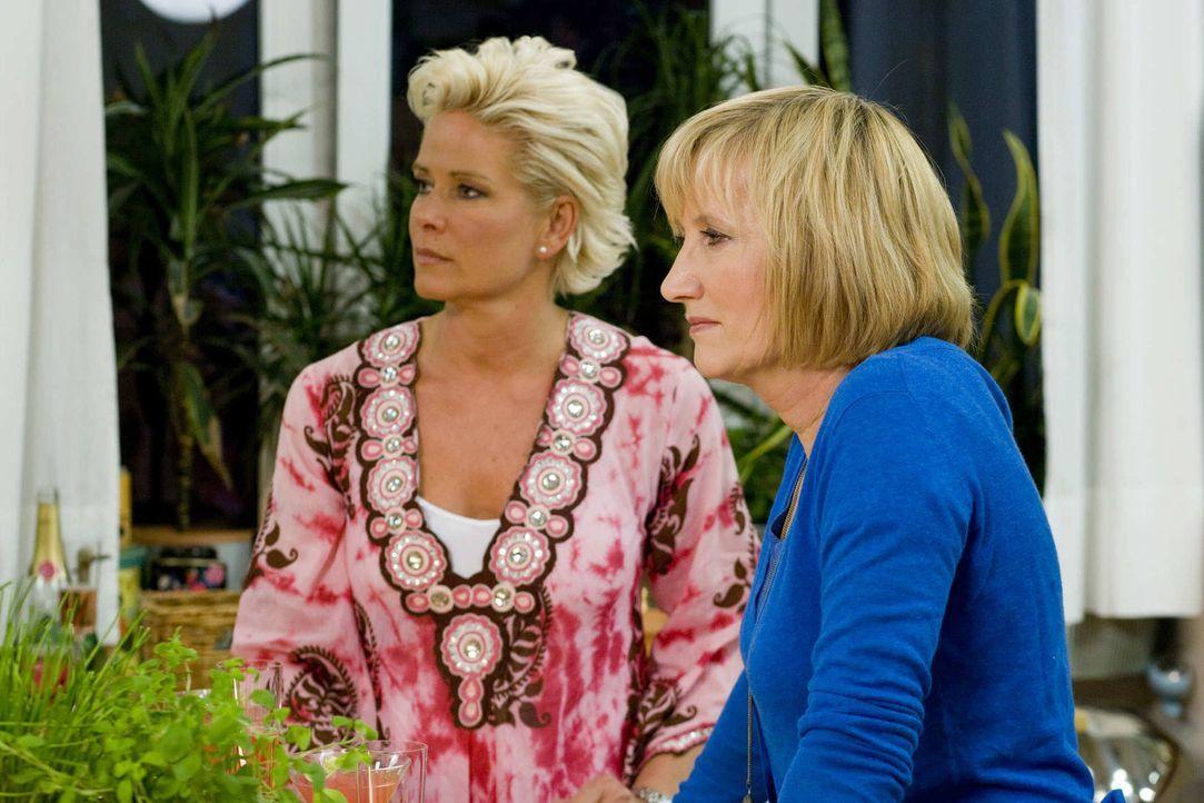 Treffen sich zum Mädelsabend: Claudia Effenberg (l.) und Evelyn Holst (r.) ... - Bildquelle: sixx