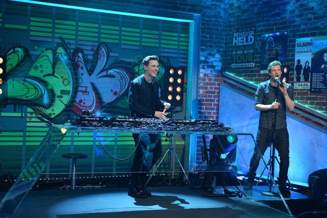 """DJ und Musikproduzent Felix Jaehn (l.) sorgt bei """"LUKE! Die Woche und ich"""" für die richtige Musik. Lachmuskeltraining gibt's bei Luke (r.) natürlich... - Bildquelle: Willi Weber SAT.1"""