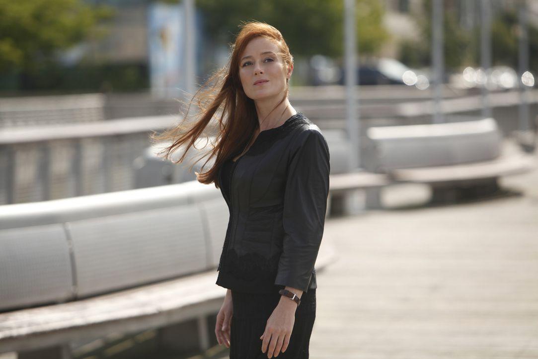 """Immer wieder taucht der Geist von Anna Paul (Jennifer Ehle) auf, um in der """"Clinica Sanando"""" nach dem Rechten zu sehen. - Bildquelle: 2011 CBS BROADCASTING INC. ALL RIGHTS RESERVED"""
