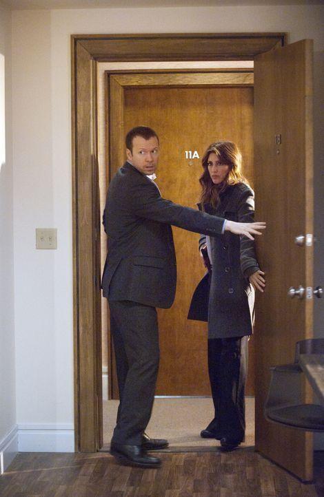 Schon bevor Jackie (Jennifer Esposito, r.) und Danny (Donnie Wahlberg, l.) in der Wohnung der Verdächtigen aufkreuzen, findet sich ein Anwalt dort e... - Bildquelle: Barbara Nitke 2011 CBS Broadcasting Inc. All Rights Reserved