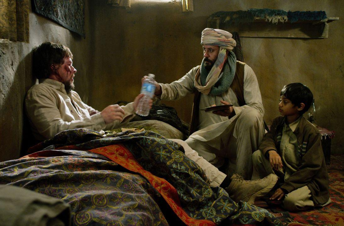 Findet Unterschlupf in einem Taliban feindlichen Dorf: Luttrell (Mark Wahlberg, l.) ... - Bildquelle: Universal Pictures