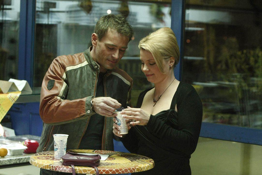 Obwohl es immer wieder zu Missverständnissen kommt, verbringen Danni (Annette Frier, r.) und Oliver (Jan Sosniok, l.) viel Zeit miteinander .... - Bildquelle: SAT.1