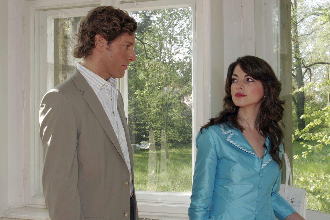 Mariella (Bianca Hein, r.) findet in Lars van der Lohe (Clayton M. Nemrow, l.) einen sensiblen Zuhörer ... - Bildquelle: Sat.1