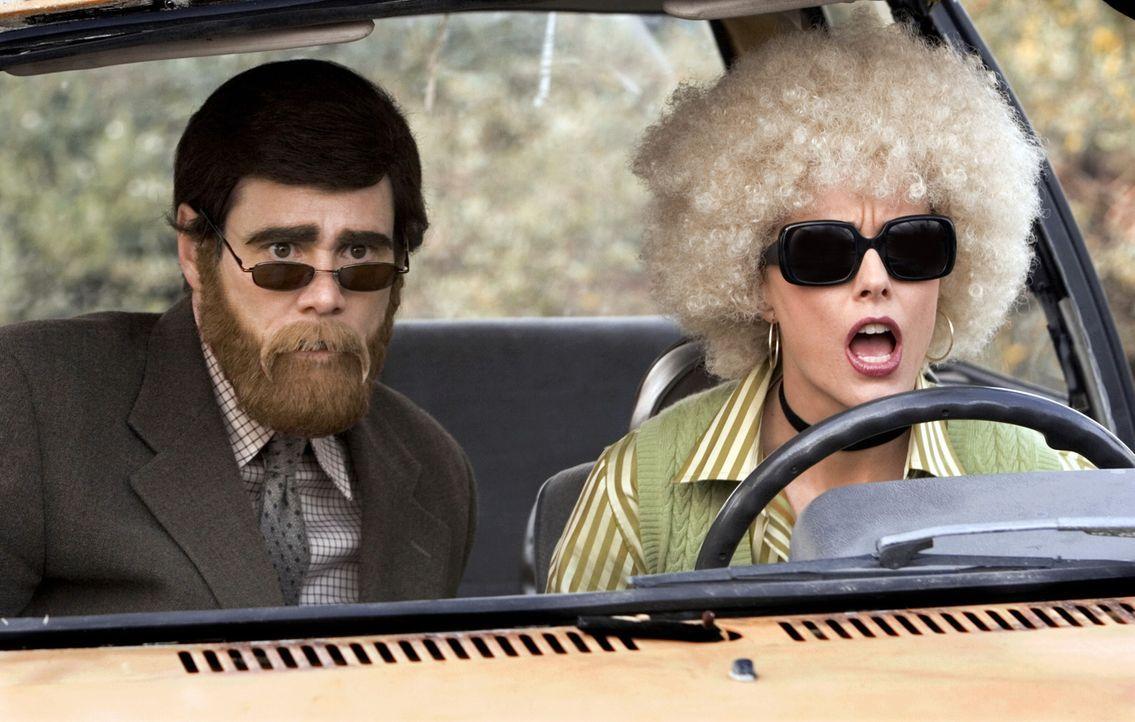 Nach ihrer Arbeitslosigkeit verlegen sich Dick (Jim Carrey, l.) und Jane (Téa Leoni, r.) auf Banküberfälle - manchmal als Siegmund Freud und Marilyn... - Bildquelle: Sony Pictures Television International. All Rights Reserved.