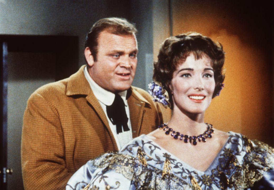Hoss Cartwright (Dan Blocker, l.) hat sich in die Witwe Helen Layton (Julie Adams, r.), eine Freundin seines Vaters, verliebt. - Bildquelle: Paramount Pictures