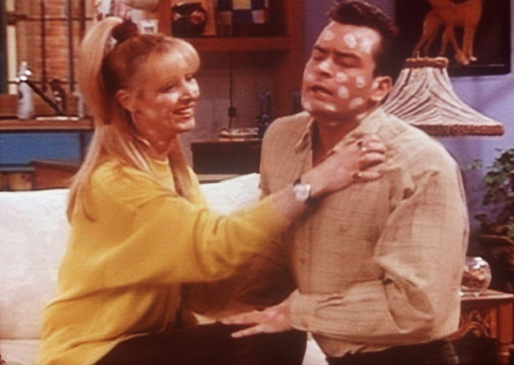 Die Windpocken werden für Phoebe (Lisa Kudrow, l.) und Ryan (Charlie Sheen, r.) unerträglich. - Bildquelle: TM+  2000 WARNER BROS.