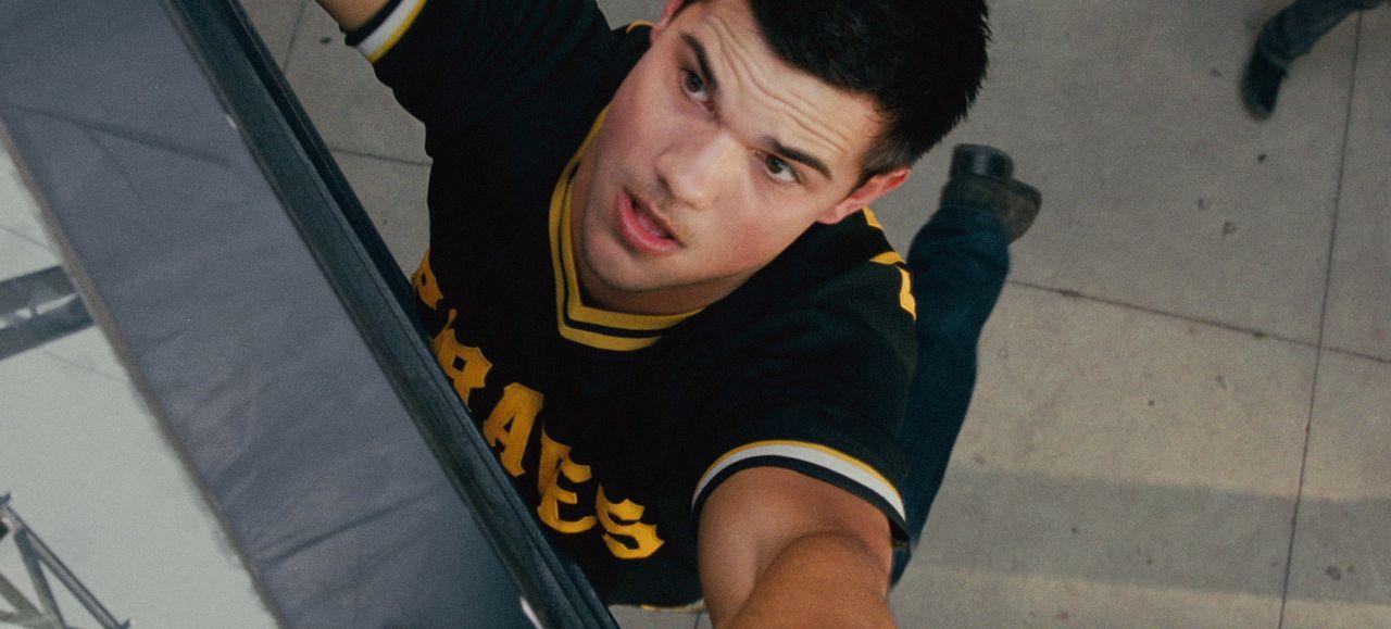 Als Nathan (Taylor Lautner) eines Tages ein Kinderfoto von sich auf einer Internetseite mit Vermisstenmeldungen entdeckt, verändert dies sein ganze... - Bildquelle: 2011, Vertigo Entertainment, Gotham Group, Tailor Made, Quick Six Entertainment, Lionsgate Films Inc.