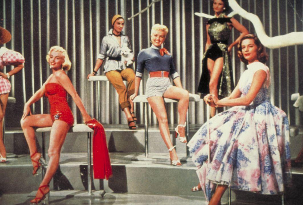 (v.l.n.r. im Vordergrund) Pola Debevoise (Marilyn Monroe); Loco Dempsey (Betty Grable); Schatze Page (Lauren Bacall) - Bildquelle: 1953 Twentieth Century Fox Film Corporation.