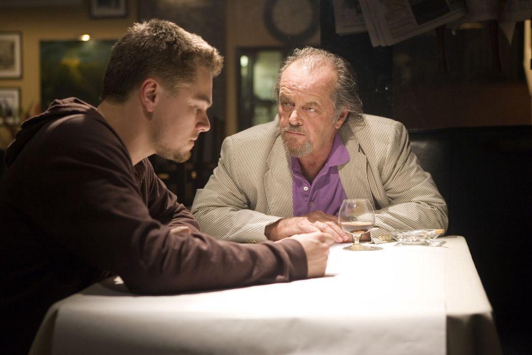 Nach und nach kann Billy Costigan (Leonardo DiCaprio, l.) das Vertrauen von Unterweltboss Frank Costello (Jack Nicholson, r.) gewinnen. Jedoch ahnt... - Bildquelle: Warner Bros. Entertainment Inc