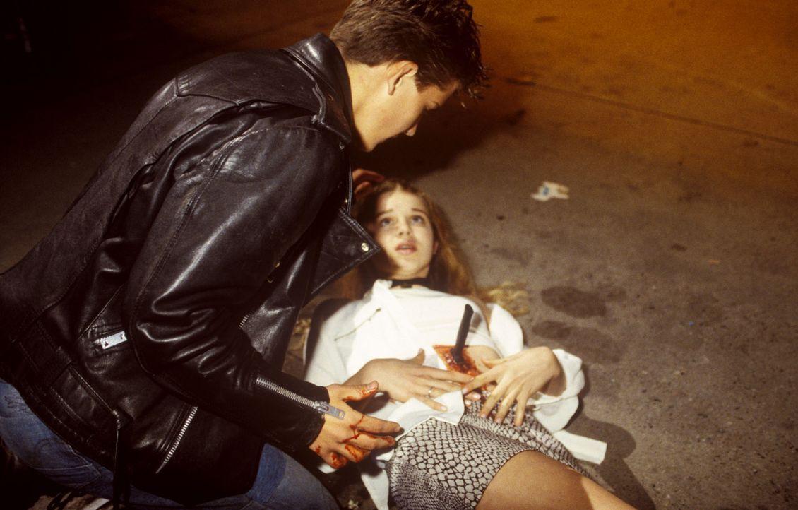 Martin (Olaf Steingräber, l.) kniet fassungslos vor seiner Freundin Katharina (Franziska Brekenfelder, r.), die er im Affekt mit einem Messer nieder... - Bildquelle: Andreas Stetter Sat.1