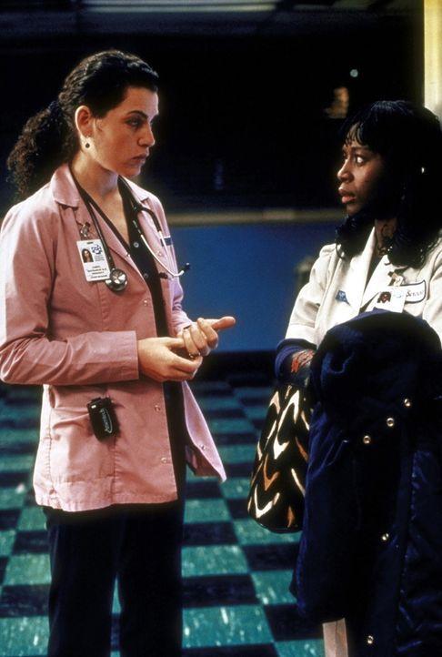 Mrs. Ekabo (Akosua Busia, r.) kann Hathaway (Julianna Margulies, l.) nicht begreiflich machen, dass sie eine erfolgreiche Operation ihres Mannes, du... - Bildquelle: TM+  2000 WARNER BROS.