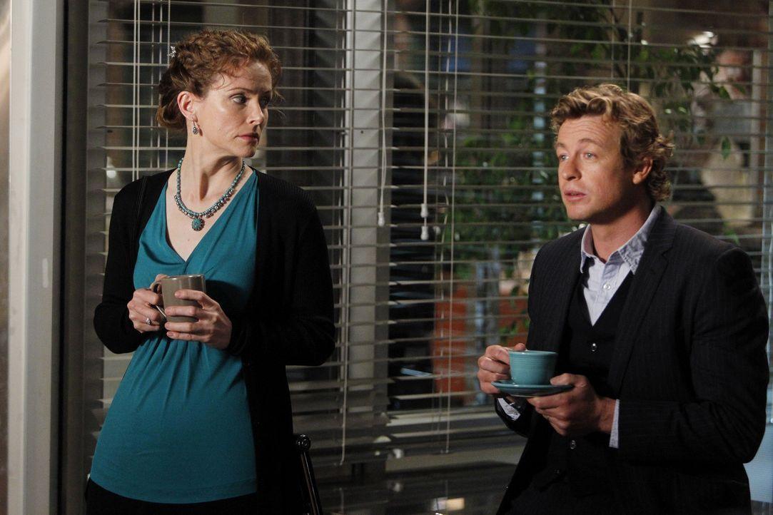 Während ihres ersten Dates werden Patrick (Simon Baker, r.) und Kristina (Leslie Hope, l.) beim Abendessen unterbrochen, als Lisbon Patrick darübe... - Bildquelle: Warner Brothers